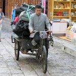 Koffertransport in die Altstadt von Lijiang