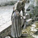 Skulpturen am Wasserbecken
