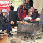 Schweinehirten und Bauern beim Kochen