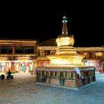 Weiße Stupa bei Nacht
