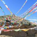 Tibetische Gebetsfahnen wehen im Wind