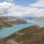Der Yamdrok-See mit türkisem Wasser