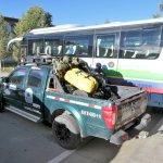 Ralley-Fahrer neben dem Bus