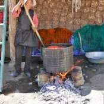 Die Frau beim Wäschefärben