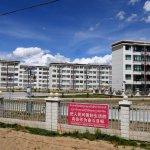 Moderner Wohnungsbau auf der Fahrt nach Shigatse