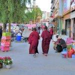 Mönche in der Stadt