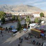 Das Hotel liegt direkt am Jokhang-Tempel