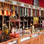 Gebetsmühlen-Shop im Tempel