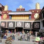 Vor dem Jokhang-Tempel