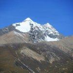 Hohe schneebedeckte Berge