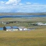 Tibetische Häuser am Fluss