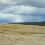 Die Bahnstrecke führt oft über lange Brücken